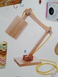 regulowana lampa na stoliku