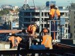 robotnicy pracujący na wysokościach