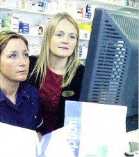 Dwie kobiety przed monitorem komputera