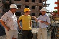 budowlańcy na placu budowy