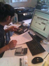 pracownik biurowy podczas pracy przy komputerze